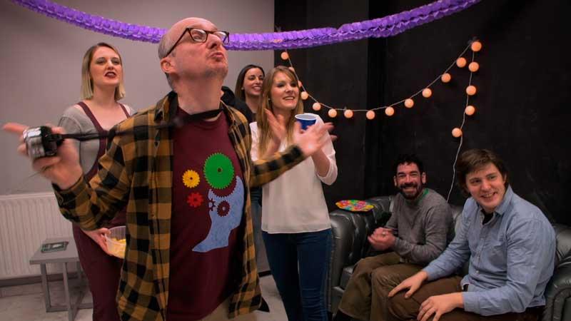 Fotograma del episodio final de la primera temporada de Morrosko en el que aparece Rob como el Fotógrafo