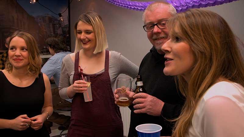 Fotograma del episodio final de la primera temporada de Morrosko en el que aparece la profesora de inglés y algunos de los actores secundarios con frase
