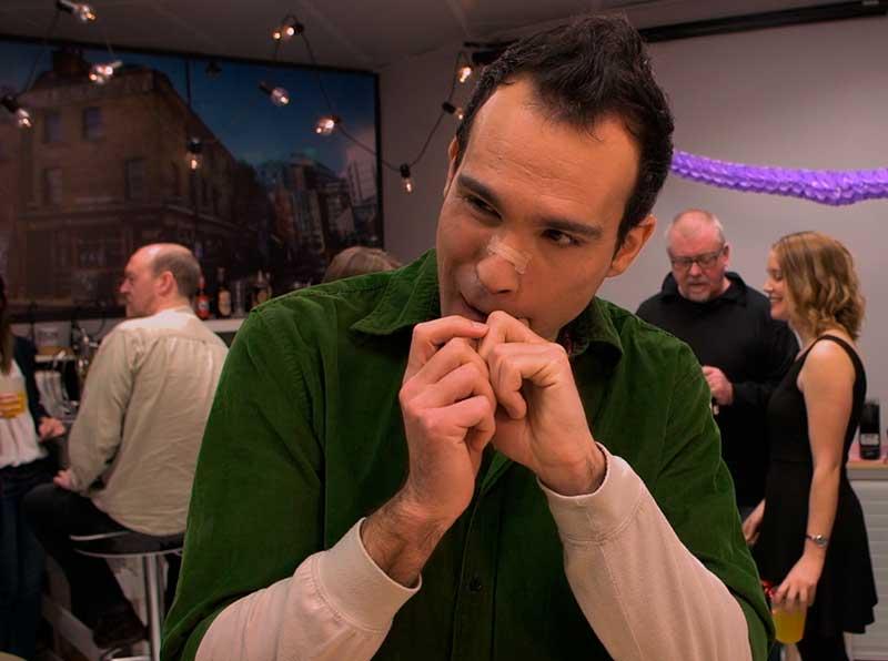 Fotograma del episodio final de Morrosko en el que intenta quitarse una patata frita de la muela
